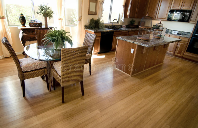 βασική εσωτερική κουζίνα ξυλείας πλατύφυλλων δαπέδων στοκ εικόνες