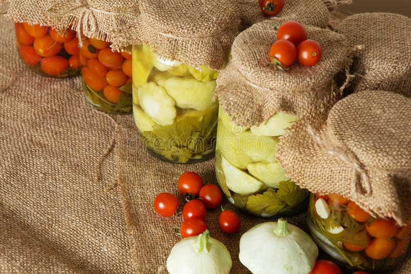 βασικός φυτικός χειμώνας κονσερβοποίησης halophyte Παστωμένες τράπεζες ντομάτες και θερινή κολοκύνθη μωρών στοκ φωτογραφίες με δικαίωμα ελεύθερης χρήσης