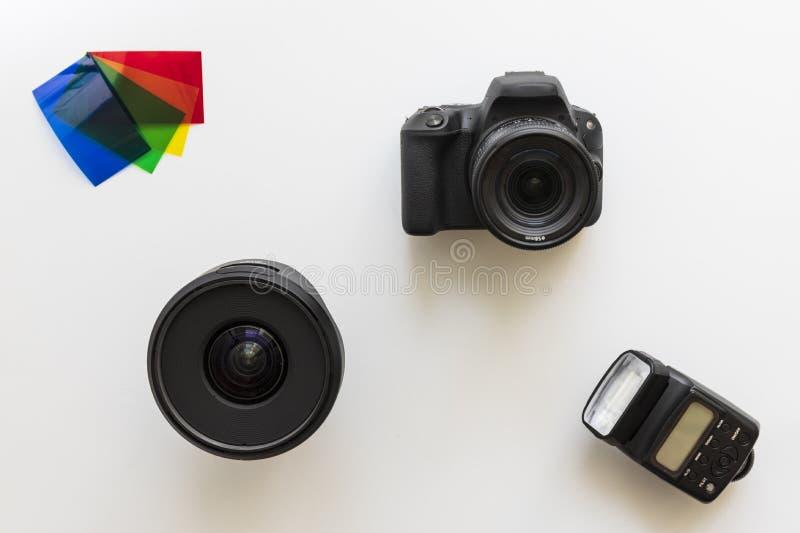 Βασικός φωτογραφικός εξοπλισμός, λάμψη, φακός, πηκτώματα χρώματος στοκ φωτογραφία με δικαίωμα ελεύθερης χρήσης