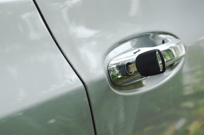 Βασικό να διαπεράσει αυτοκινήτων στην τρύπα λαβών για τη ανοιχτή πόρτα στοκ εικόνα με δικαίωμα ελεύθερης χρήσης