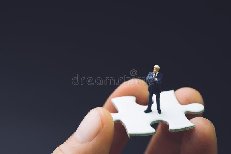Βασικό πρόσωπο για την έννοια στρατηγικής επιχειρησιακής επιτυχίας, μικροσκοπικό peop στοκ φωτογραφία