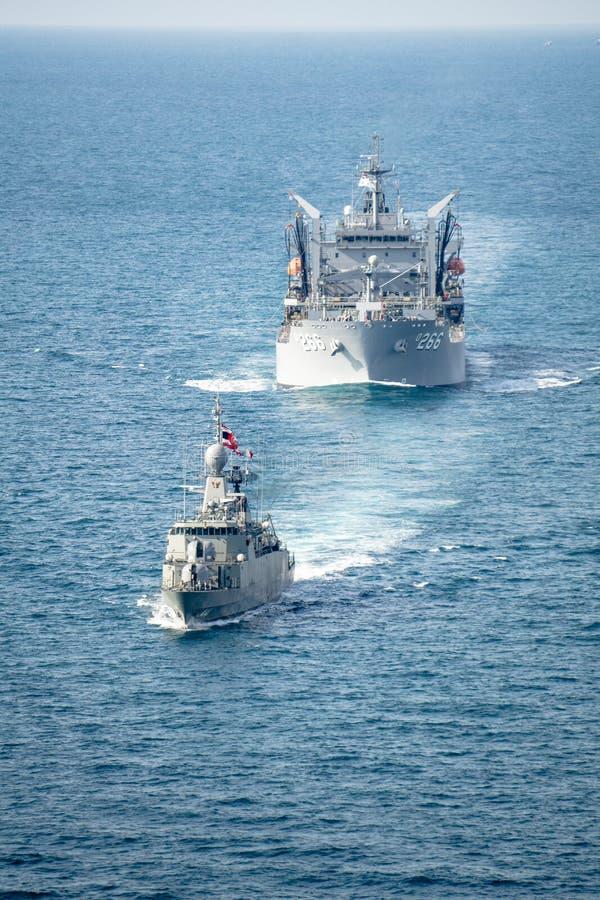 Βασιλικά ταϊλανδικά πανιά δρομώνων ναυτικού HTMS Rattanakosin με το βασιλικό αυστραλιανό σκάφος υποστήριξης ναυτικού HMAS Sirius  στοκ φωτογραφίες