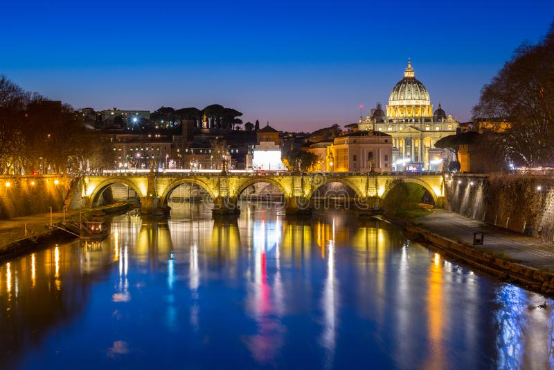 Βασιλική Αγίου Peter στη πόλη του Βατικανού με τη γέφυρα Αγίου Angelo στη Ρώμη, Ιταλία στοκ φωτογραφίες