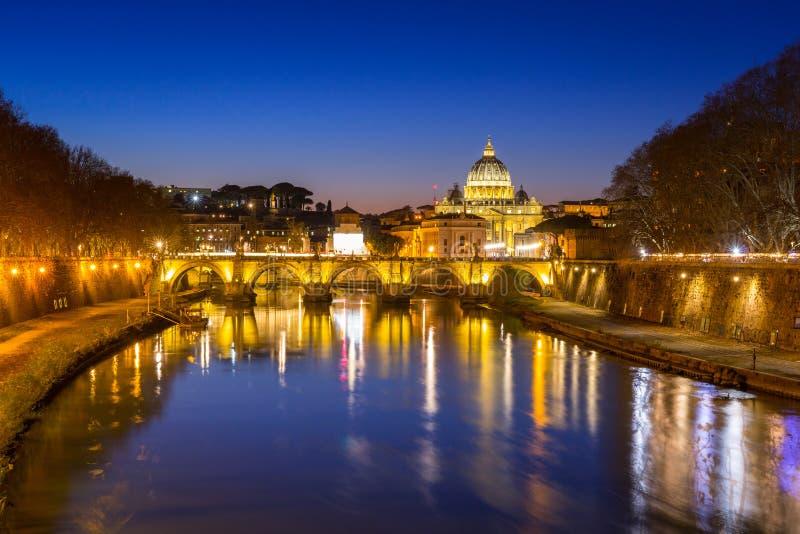 Βασιλική Αγίου Peter στη πόλη του Βατικανού με τη γέφυρα Αγίου Angelo στη Ρώμη, Ιταλία στοκ εικόνα με δικαίωμα ελεύθερης χρήσης