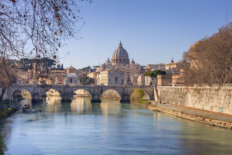 Βασιλική Αγίου Peter στη πόλη του Βατικανού με τη γέφυρα Αγίου Angelo στοκ εικόνα με δικαίωμα ελεύθερης χρήσης