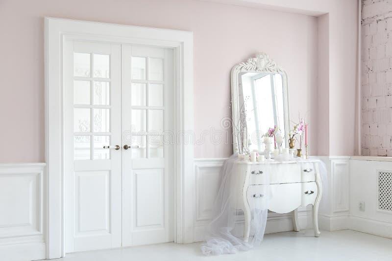 Βασιλική κρεβατοκάμαρα Θέση για τα κορίτσια σύνθεσης Κομψός άσπρος πίνακας επιδέσμου με τον καθρέφτη στο ελαφρύ κλασικό εσωτερικό στοκ εικόνα με δικαίωμα ελεύθερης χρήσης