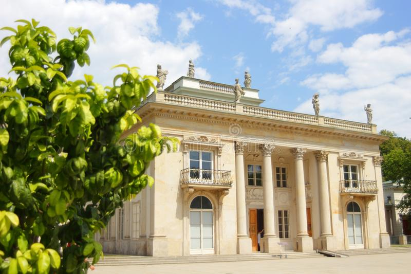 Βασιλική πρόσοψη παλατιών Lazienki με ένα ζωηρόχρωμο δέντρο από την πλευρά Βαρσοβία, Πολωνία στοκ εικόνα με δικαίωμα ελεύθερης χρήσης