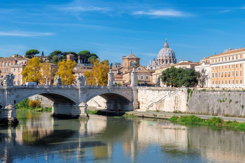 Βασιλική του ST Peter στην ηλιόλουστη ημέρα φθινοπώρου, Ρώμη, Ιταλία στοκ φωτογραφία