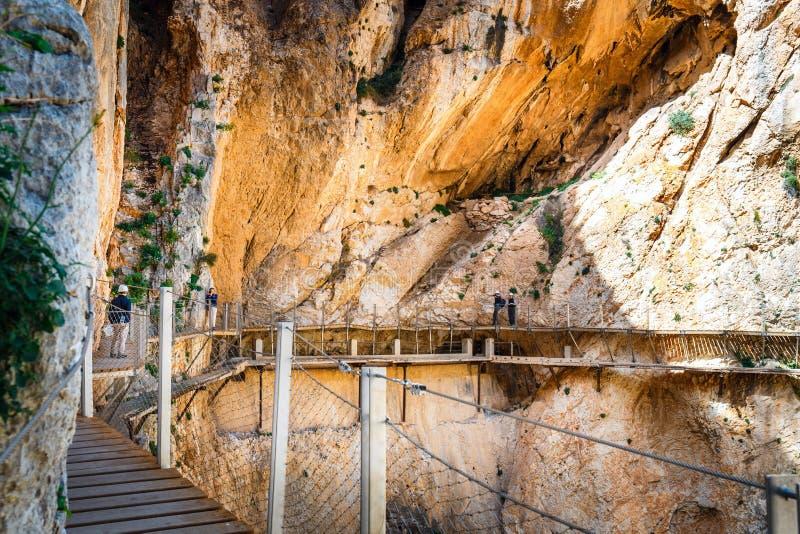 Βασιλικό ίχνος γνωστό επίσης ως EL Caminito Del Rey - πορεία βουνών κατά μήκος των απότομων απότομων βράχων στο φαράγγι στοκ φωτογραφία με δικαίωμα ελεύθερης χρήσης