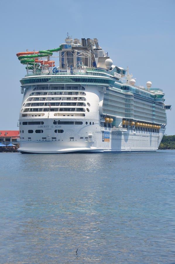 Βασιλικό καραϊβικό διεθνές κρουαζιερόπλοιο στοκ εικόνες με δικαίωμα ελεύθερης χρήσης