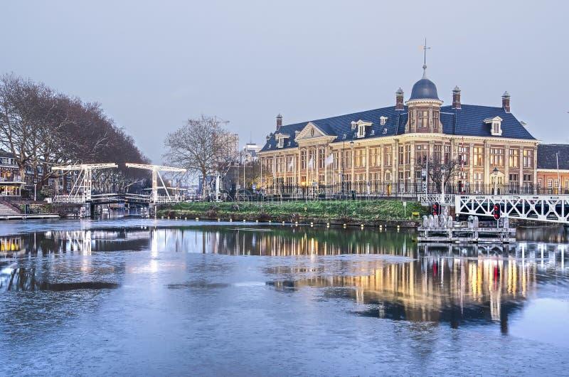 Βασιλικό ολλανδικό κτήριο μεντών στο σούρουπο στοκ φωτογραφία με δικαίωμα ελεύθερης χρήσης