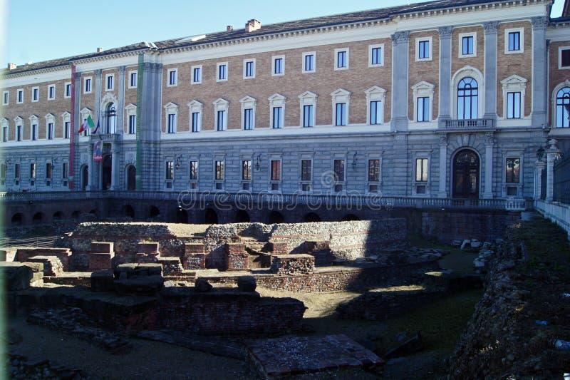 Βασιλικό παλάτι Palazzo Reale της Ιταλίας Τορίνο και υπόλοιπο του αρχαίου ρωμαϊκού θεάτρου στοκ εικόνες