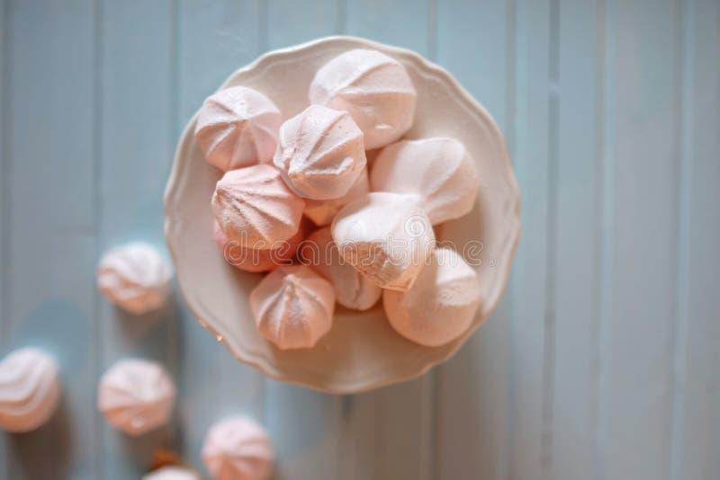 Βασισμένο στην πρωτεΐνη επιδόρπιο Άσπρα και ρόδινα marshmallows στο porcelaine στοκ εικόνα