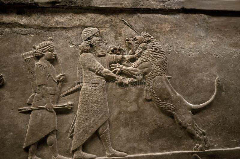 Βασιλιάς Assyrian που σκοτώνει ένα λιοντάρι στοκ εικόνες με δικαίωμα ελεύθερης χρήσης