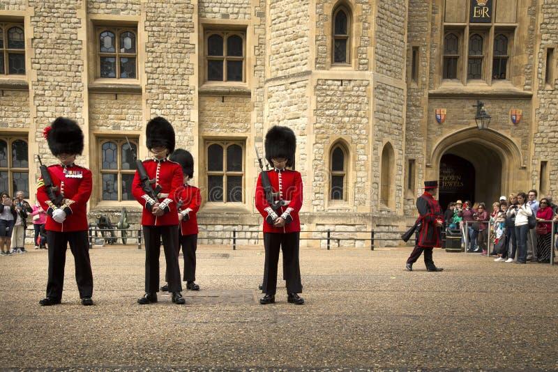 Βασιλικές φρουρές στον πύργο του Λονδίνου στοκ φωτογραφία