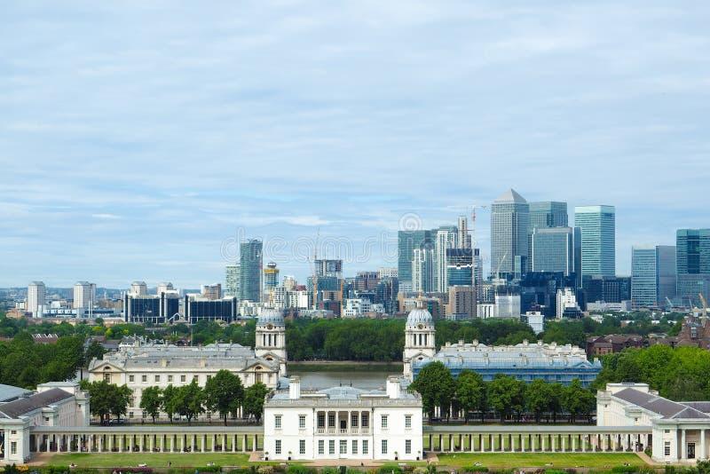 Βασιλικό παρεκκλησι, χρωματισμένη αίθουσα και κλασική κιονοστοιχία στο πάρκο, το Λονδίνο, και τους ουρανοξύστες του Γκρήνουιτς το στοκ φωτογραφίες