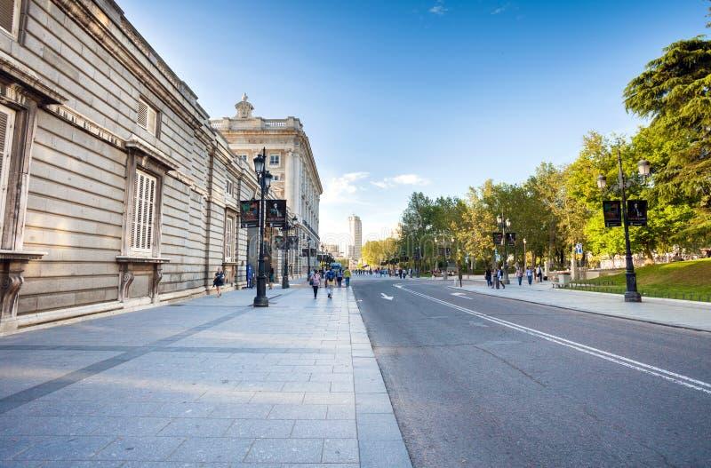 Βασιλικό παλάτι με τους τουρίστες την ημέρα άνοιξη στη Μαδρίτη στοκ εικόνα