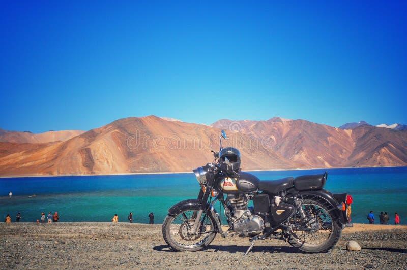 βασιλικό enfield με τη λίμνη pangong στοκ φωτογραφία με δικαίωμα ελεύθερης χρήσης