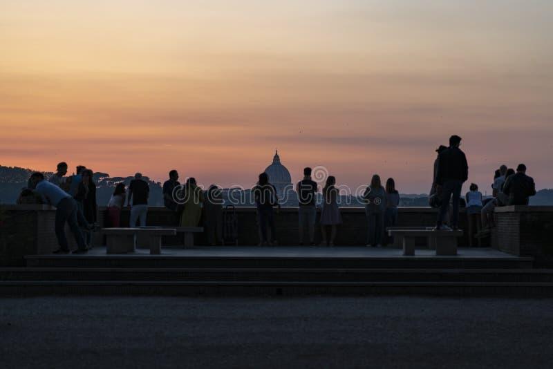 Βατικανό με τους ανθρώπους στη σκιαγραφία στοκ φωτογραφία με δικαίωμα ελεύθερης χρήσης