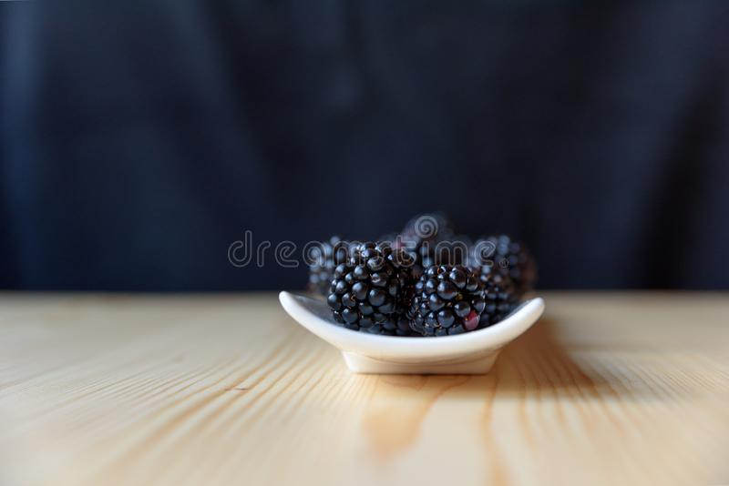 Βατόμουρα σε ένα άσπρο πιάτο στοκ φωτογραφία με δικαίωμα ελεύθερης χρήσης