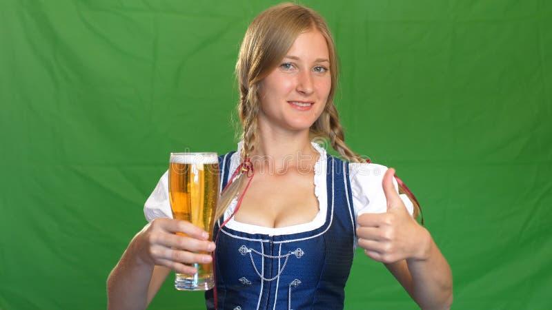 Βαυαρική εξυπηρετώντας μπύρα σερβιτορών, που φαίνεται κεκλεισμένων των θυρών στοκ εικόνες