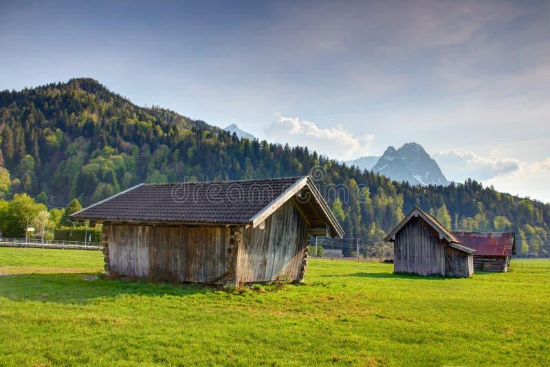Βαυαρικό αγροτικό τοπίο των σιταποθηκών, των λιβαδιών και των βουνών ξυλείας στοκ φωτογραφία με δικαίωμα ελεύθερης χρήσης