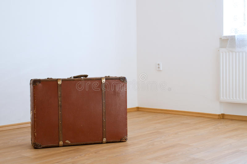 Βαλίτσα στο νέο σπίτι στοκ εικόνες
