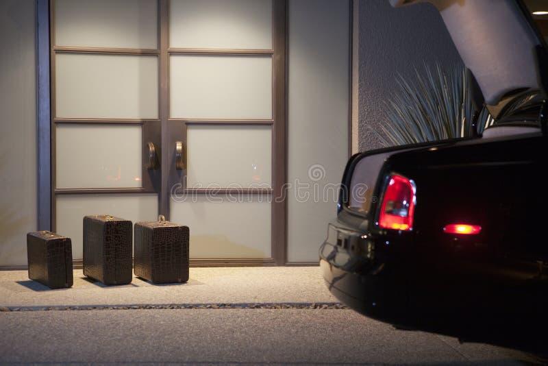 Βαλίτσες στην πόρτα στοκ φωτογραφίες με δικαίωμα ελεύθερης χρήσης