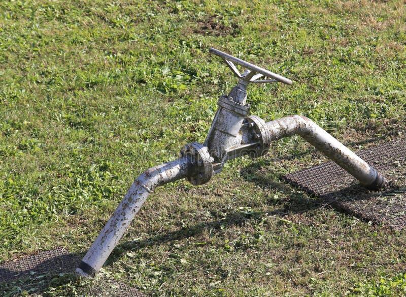 βαλβίδα πυλών για το κλείσιμο της διοχέτευσης με σωλήνες στη δυνατότητα αποθήκευσης μεθανίου στοκ φωτογραφία με δικαίωμα ελεύθερης χρήσης