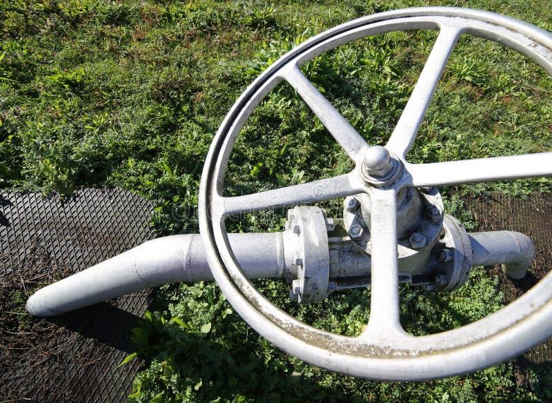 βαλβίδα πυλών για το κλείσιμο του εφοδιασμού υγραερίου στη δυνατότητα αποθήκευσης αερίου στοκ φωτογραφίες