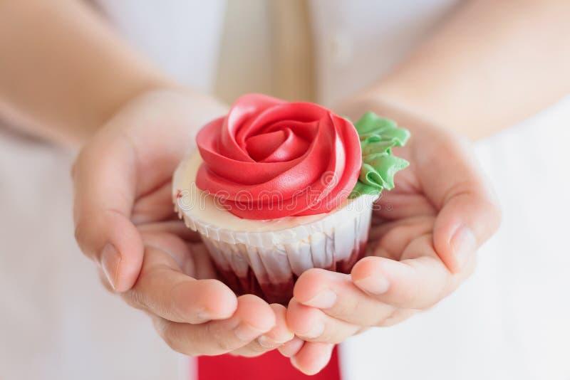 Βαλεντίνοι λαβής χεριών cupcake στοκ φωτογραφία με δικαίωμα ελεύθερης χρήσης