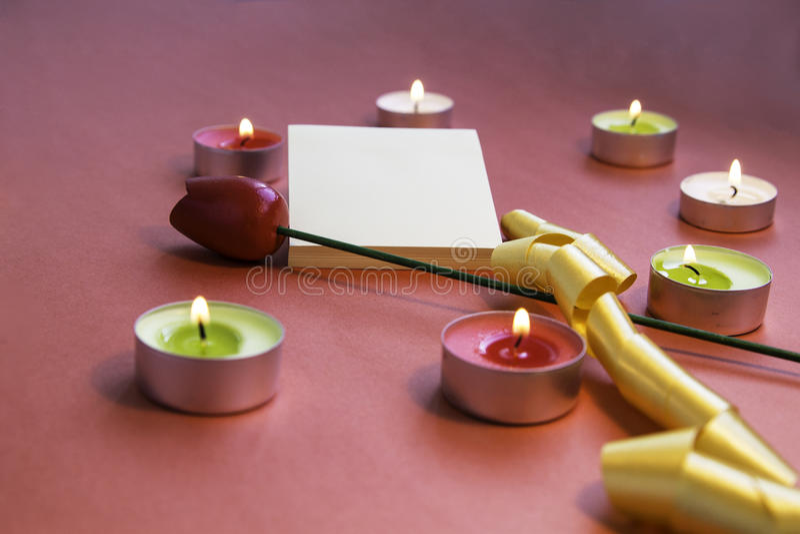 βαλεντίνος ημέρας s Διαμορφωμένα καρδιά κεριά με τις αυτοκόλλητες ετικέττες και το λουλούδι στοκ εικόνα