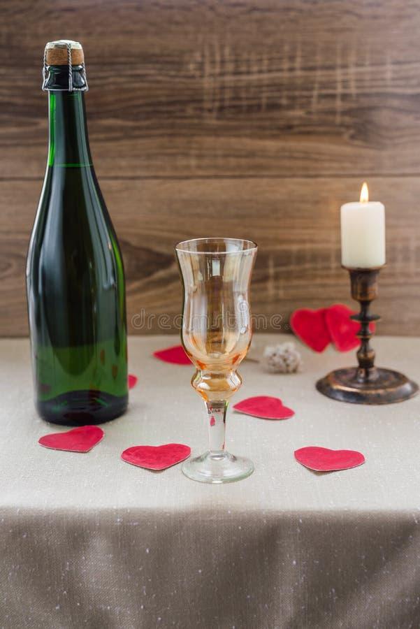 βαλεντίνος ημέρας s κρασί, κεριά, μικρή καρδιά στοκ φωτογραφία