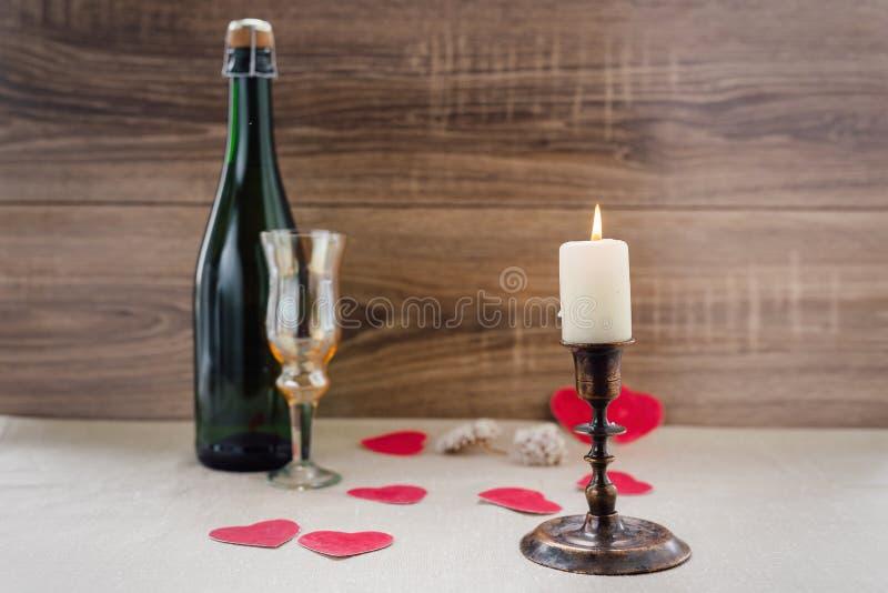 βαλεντίνος ημέρας s κρασί, κεριά, μικρή καρδιά στοκ εικόνα με δικαίωμα ελεύθερης χρήσης
