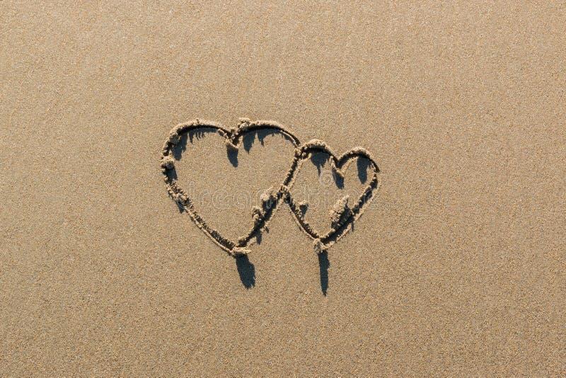 Βαλεντίνου σημαδιών ζεύγους στην παραλία στοκ φωτογραφία με δικαίωμα ελεύθερης χρήσης
