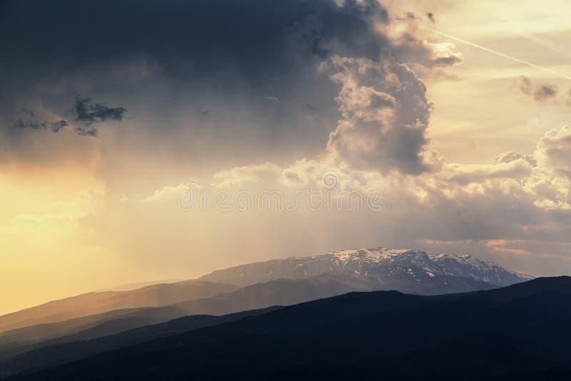 Βαλκανικό ηλιοβασίλεμα βουνών στοκ εικόνες