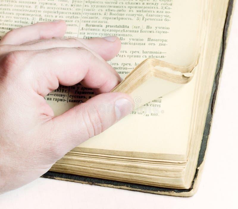βγάζοντας φύλλα ηληκιωμένος βιβλίων στοκ εικόνες