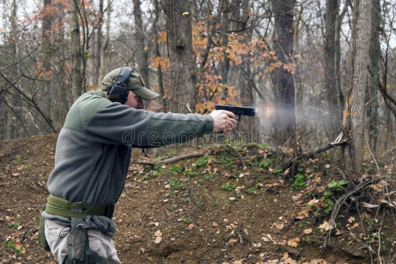 βγαίνοντας πιστόλι πυρκαγιάς στοκ φωτογραφία με δικαίωμα ελεύθερης χρήσης