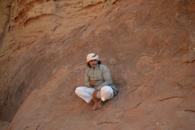 Βεδουίνος οδηγός στο γύρο ερήμων μέσω των αμμόλοφων άμμου της αγριότητας ρουμιού Wadi, Ιορδανία, Μέση Ανατολή, πεζοπορία, αναρρίχ στοκ εικόνες με δικαίωμα ελεύθερης χρήσης