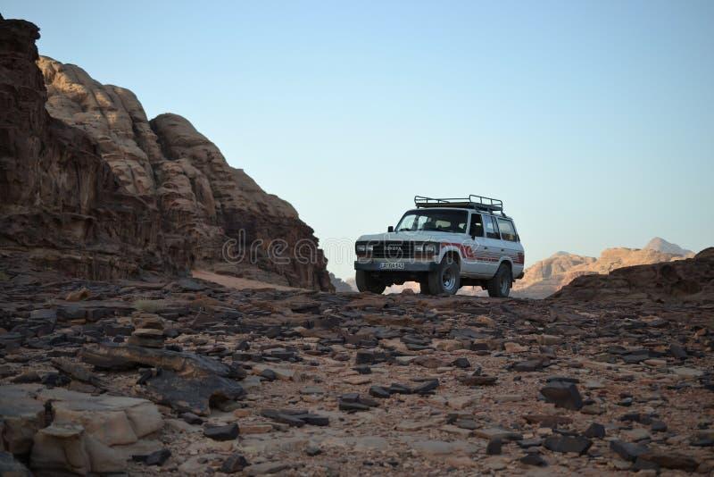 Βεδουίνο τζιπ, γύρος ερήμων μέσω των αμμόλοφων άμμου της αγριότητας ρουμιού Wadi, Ιορδανία, Μέση Ανατολή, πεζοπορία, αναρρίχηση,  στοκ εικόνες με δικαίωμα ελεύθερης χρήσης