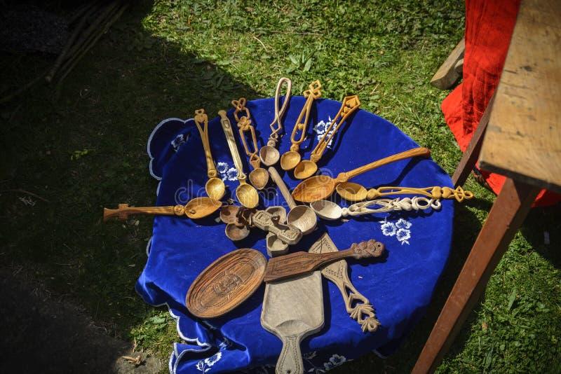 ΒΕΛΊΚΟ ΤΎΡΝΟΒΟ, στις 4 Απριλίου 2015, παλαιό ξύλινο κουτάλι, μεσαιωνικός χρόνος σε έναν πίνακα κατά τη διάρκεια της μεσαιωνικής έ στοκ φωτογραφίες με δικαίωμα ελεύθερης χρήσης