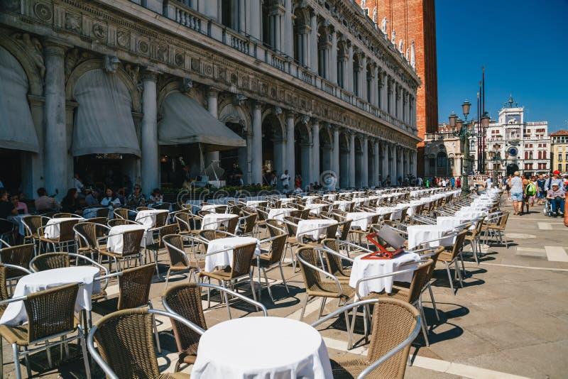 Βενετία, Ιταλίας - 9 Σεπτεμβρίου, 2018: Ένα υπαίθριο εστιατόριο διατάξεων θέσεων Gran Caffe Chioggia υπαίθριο στην οδό στο ST στοκ εικόνα