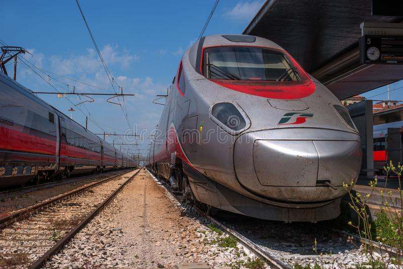 Βενετία, Ιταλία - 8 Μαΐου 2018: Μεγάλο τραίνο Trenitalia σταθμός τρένου της Βενετίας ατμομηχανή Το Trenitalia είναι στοκ εικόνα με δικαίωμα ελεύθερης χρήσης