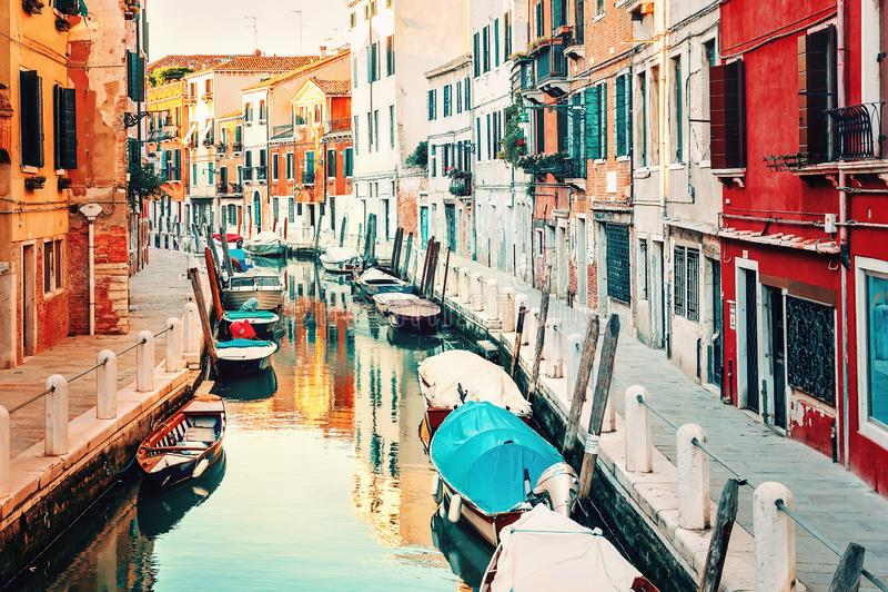 Βενετία, Ιταλία Μικρό κανάλι με τις βάρκες και τα παλαιά ιστορικά κτήρια στοκ φωτογραφία