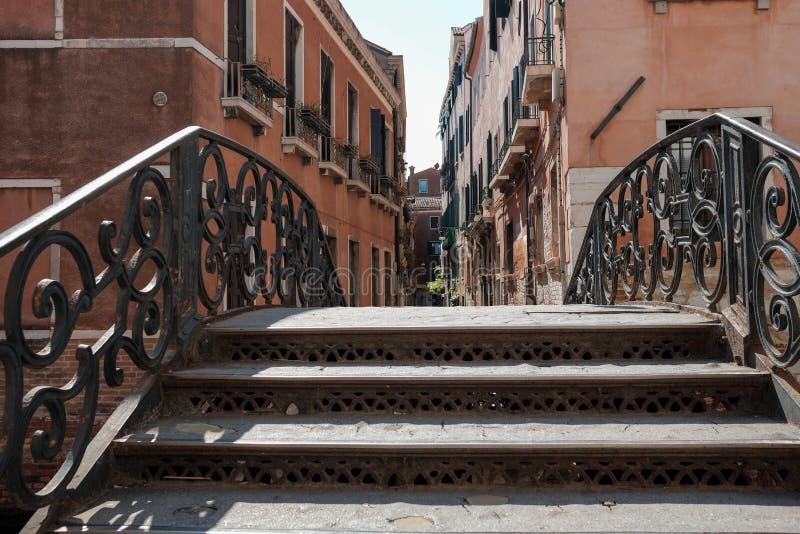 Βενετία, Ιταλία, παλαιά γέφυρα πέρα από το κανάλι στοκ εικόνες με δικαίωμα ελεύθερης χρήσης