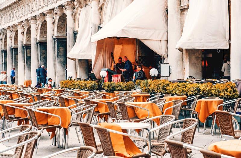 Βενετία, Ιταλία Τετραγωνικός καφές οδών SAN Marco με το παιχνίδι ζωνών στοκ εικόνες