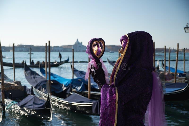 Βενετία, Ιταλία - 10 Φεβρουαρίου 2018: Γυναίκα στη μάσκα και κοστούμι στη Βενετία καρναβάλι στοκ φωτογραφία
