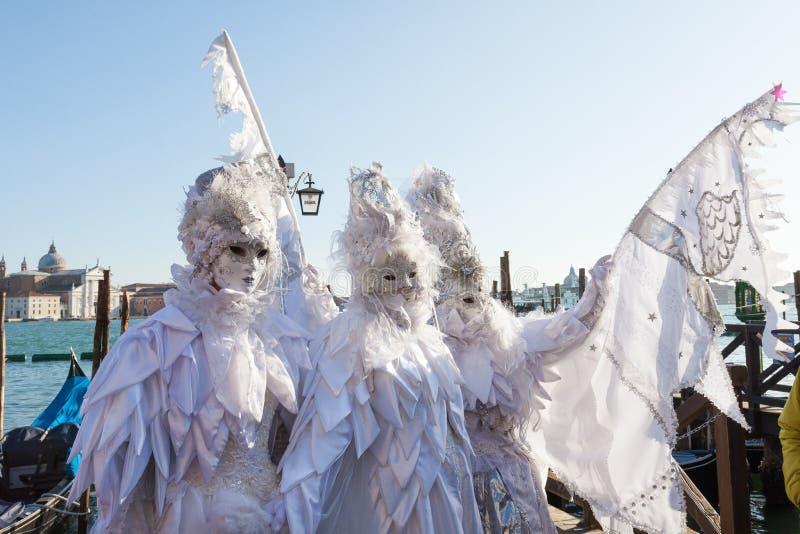 Βενετία καρναβάλι, Βένετο, Ιταλία Η γυναίκα τρία έντυσε ως χειμώνας στοκ φωτογραφίες