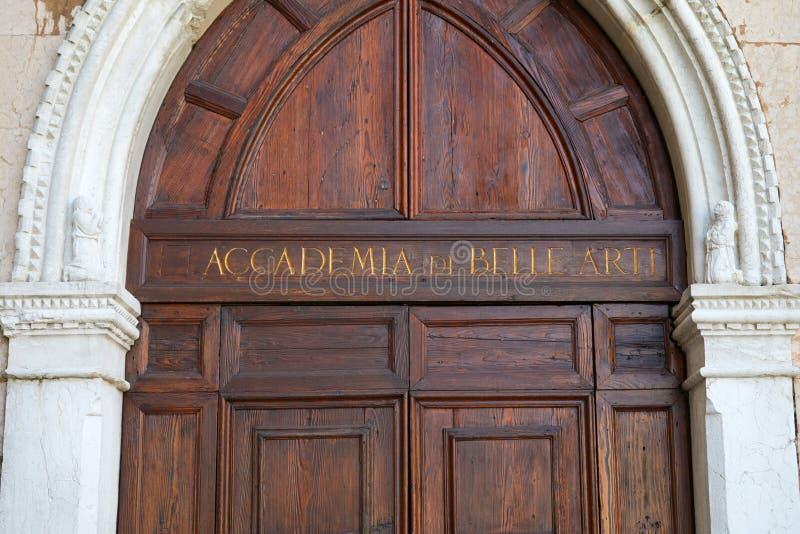 Βενετία, Accademia Di Belle Arti ξύλινη πύλη με τις χρυσές επιστολές στην Ιταλία στοκ εικόνες με δικαίωμα ελεύθερης χρήσης