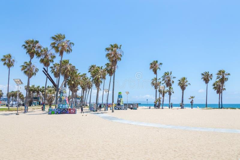 ΒΕΝΕΤΙΑ, ΗΝΩΜΕΝΕΣ ΠΟΛΙΤΕΊΕΣ - 21 ΜΑΐΟΥ 2015: Ωκεάνιος μπροστινός περίπατος στην παραλία της Βενετίας, Καλιφόρνια Η παραλία της Βε στοκ εικόνα με δικαίωμα ελεύθερης χρήσης